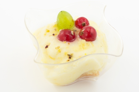 fingerprinting: emon cream with red currants