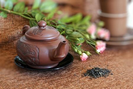 oolong: tea pot, cups< roses and green tea Stock Photo