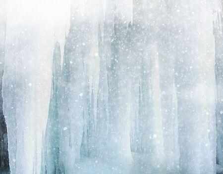 sopel lodu: Icicle hanging in winter with snowfall Zdjęcie Seryjne