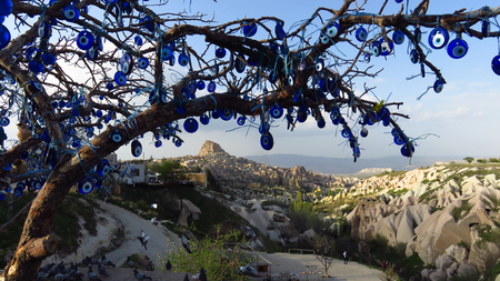Evil Eye Tree Overlooking Uchisar Castle, Cappadocia Stockfoto - 100535836