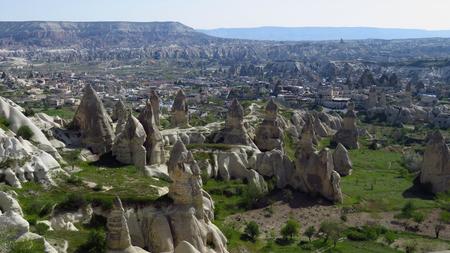 Panorama van sprookjesachtige schoorstenen in Göreme, Cappadocië Stockfoto - 100269107