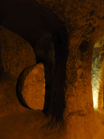 Rolling Stone Trap Door at Hittite Cave in Mazi Underground City, Cappadocia Stockfoto - 100269038