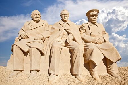 minister of war: Figures from the sand. Meeting is in Yalta