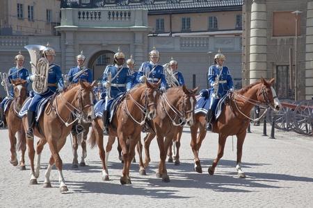 cavalryman: Estocolmo. Mayo de 2013. Cambio de la ceremonia de guardia con la participaci�n de la caballer�a de la Guardia Real. La colorida ceremonia atrae a muchos turistas y se ha convertido en uno de lugares de inter�s tur�stico