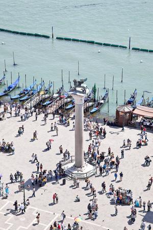 leon alado: Columna antigua con el le�n alado por el s�mbolo de la ciudad de Venecia