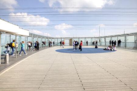 observational: FRANCIA, PAR�S - Abril 30,2014: Personas ver Par�s a trav�s de las paredes de vidrio en el techo de un rascacielos de Montparnasse Editorial