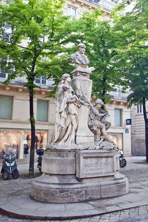sociologia: FRANCIA, PAR�S - Abril 30,2014: Monumento al fil�sofo franc�s, fundador de la sociolog�a ciencia Editorial