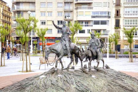 don quijote: ESPAÑA, SAN-SEBASTIAN - mayo 01,2014: Famous español Don Quijote y Sancho Panza