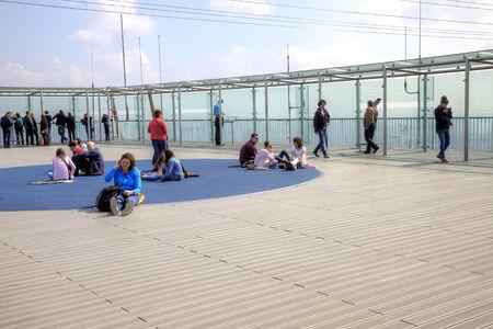 observational: FRANCIA, PARIS - abril 30,2014: la gente ve Par�s a trav�s de las paredes de cristal en el techo de un rascacielos de Montparnasse Editorial