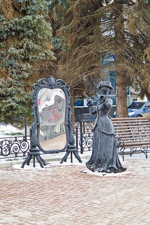 primp: RUSSIA, Nizhny Novgorod - Novembre 17,2014: Scultura Signora davanti allo specchio in strada in citt� Editoriali