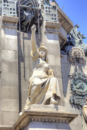 descubridor: ESPA�A, BARCELONA - mayo 5,2014: Crist�bal Col�n monumento construido en 1888 para la Exposici�n Universal de Barcelona. Pedestal con esculturas Editorial