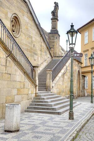 levantandose: Levantarse en el Puente de Carlos en Praga Foto de archivo