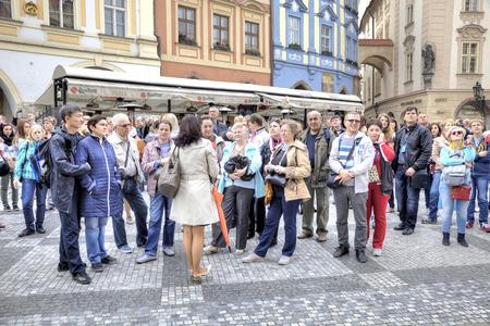 チェコ共和国、プラハ - 4 月 28.2014: ガイドは、観光客のグループに観光スポットについて説明 報道画像