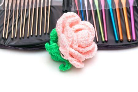 varicoloured: Conjunto de ganchos para tejer multicolores y flor Foto de archivo