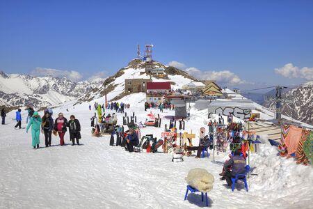 levantandose: DOMBAY, Rusia - mayo 03,2015: El peque�o mercado de accesorios de turistas y una cafeter�a en el primer nivel de levantarse en la monta�a Mussa-Achitara