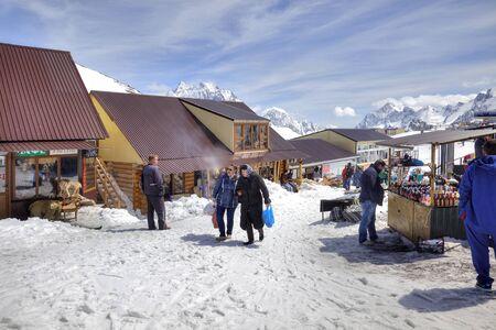 levantandose: DOMBAY, Rusia - mayo 03,2015: El pequeño mercado de accesorios de turistas y una cafetería en el primer nivel de levantarse en la montaña Mussa-Achitara