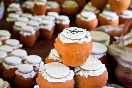 ollas de barro: La miel envasada en vasijas de barro