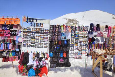 levantandose: DOMBAY, Rusia - mayo 03,2015: El pequeño mercado de accesorios de turistas en el primer nivel de levantarse en la montaña Mussa-Achitara