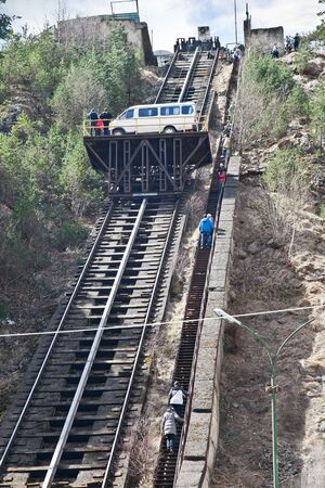 levantandose: Cañón del Adyr-Su. Camino de la montaña. Funicular para levantarse de coches en la cima de la montaña