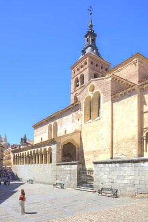 religion catolica: SEGOVIA, ESPAÑA - mayo 03,2014: Calles de la ciudad en el centro histórico de la ciudad medieval. Católica iglesia católica medieval Editorial