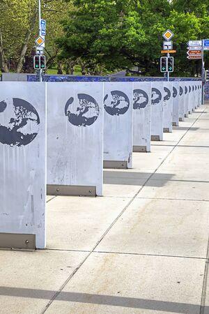united nations: SUIZA, GINEBRA - mayo 06,2014: Escudo Organización de las Naciones Unidas de armas en las placas de las Naciones cuadrados