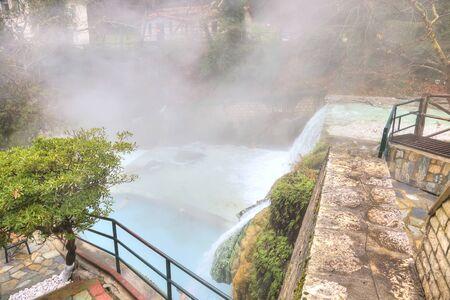 source d eau: Rivi�re Termopotamos. Cascade de cascades artificielles sur la montagne Voras par la source thermique Banque d'images