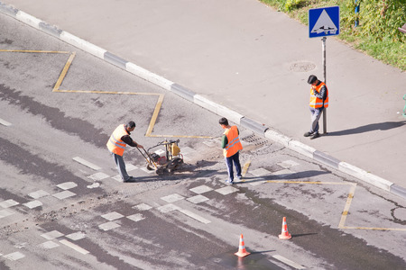 unevenness: MOSCOW, RUSSIA - August 14.2016: Brigade of workers of municipal service repairs a transition across the motor-car road