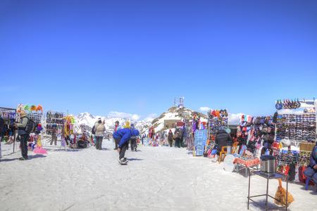 levantandose: DOMBAY, Rusia - mayo 03,2015: El pequeño mercado de accesorios de turismo y cafetería en el primer nivel de levantarse en la montaña Mussa-Achitara Editorial