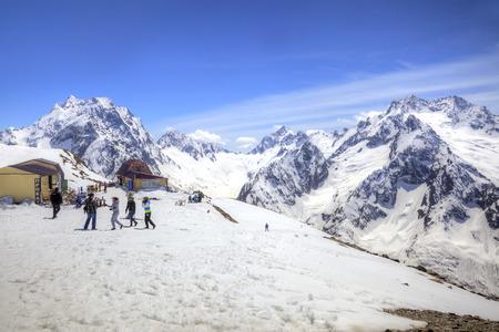 levantandose: DOMBAY, Rusia - mayo 03,2015: Café en el primer nivel de levantarse en la montaña Mussa-Achitara