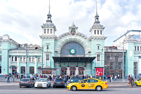 sights of moscow: MOSCOW, RUSSIA - September 02.2016: Cars and passengers at the entrance to the Belorussky railway terminal