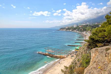 literas: La costa del Mar Negro de Crimea. Literas y casas de huéspedes en la montaña pendientes Foto de archivo