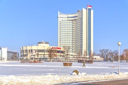 hospedaje: MINSK, REPÚBLICA DE BELARÚS - 18 de enero 2017: tarjeta de visita de la ciudad, conocido hotel municipal de Bielorrusia