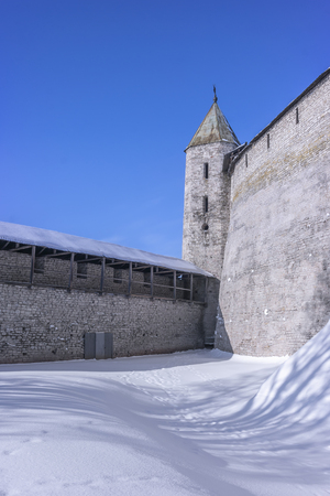 City of Pskov. Kremlin. The fortress tower and the outer wall Banque d'images - 122192567
