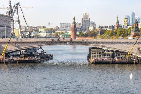 MOSCOW, RUSSIA - October 03.2019: River equipment and cranes repair the Bolshoy Moskvoretsky Bridge in the center of the capital near the Kremlin 版權商用圖片