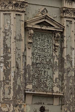 publicidad exterior: Pintura descascarada Hotel Sign desde el Príncipe Patrick Hotel. Foto de archivo