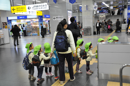 Tokyo, Japan:November 6, 2014- Group of kindergarten students learning how to use the train at the station Archivio Fotografico - 123677859