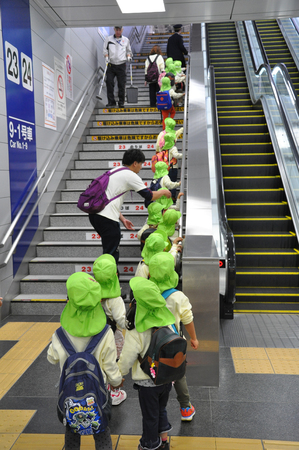 Tokyo, Japan:November 6, 2014- Group of kindergarten students learning how to use the train at the station Archivio Fotografico - 123677860