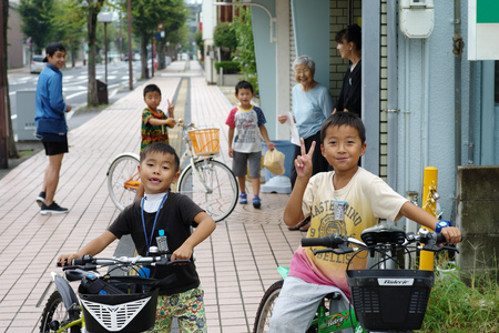 Saga, Japan:September 1,2018 - Portrait group of Japanese boys with their bicycles after school. Liefstyle of Japanese children in using bicycle Archivio Fotografico - 123677905