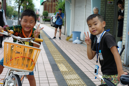 Saga, Japan:September 1,2018 - Portrait group of Japanese boys with their bicycles after school. Liefstyle of Japanese children in using bicycle Archivio Fotografico - 123677907