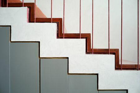 Abstrakte Textur und Hintergrund von Stufen und Betontreppen mit Holzplatte mit Stahlzaun