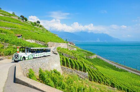 Train touristique avec des touristes conduisant le long des vignobles en terrasses du lac Léman, en Suisse. Le lac Léman suisse est une destination de vacances populaire et une attraction touristique. Beau paysage. Nature étonnante.