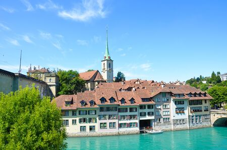 Beautiful cityscape of Swiss capital Bern with dominant Nydegg Church and historical center located along turquoise Aare River. Photographed in summer season. Tourist attractions. Switzerland cities. Banque d'images