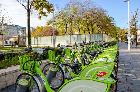 Budapest, Hungría - 6 de noviembre de 2019: Bicicletas verdes públicas para alquiler en el centro de la capital húngara. Compartir bicicleta. Medios de transporte ecológicos. Medidas ecológicas en las ciudades. Bicicletas.