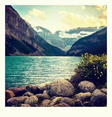 foto sulla strada intorno al Lago Louise a Banff, nelle Montagne Rocciose, Parco Nazionale di Banff, Alberta, Canada.