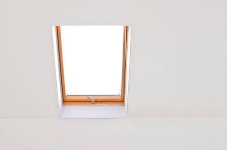 dormer: buhardilla en blanco con la pared blanca