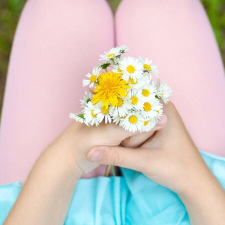 marguerite: fille avec un bouquet dans les mains