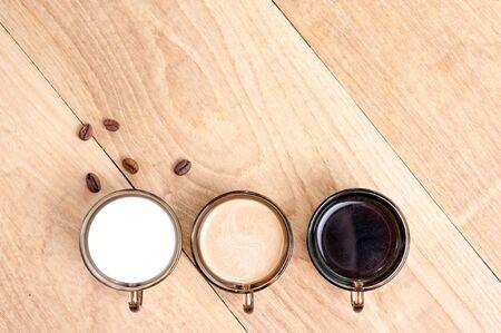 Tasse mit Kaffee, Milch und Kakao