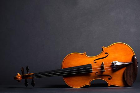 chiave di violino: view of old wooden violin on black background Archivio Fotografico