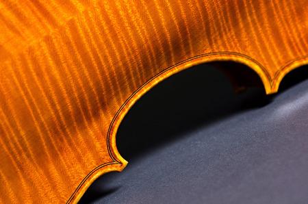 chiave di violino: wooden violin part on black background, macro