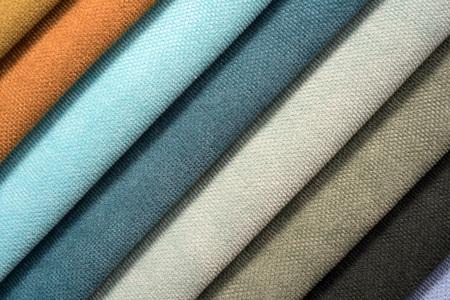 textil: Pila de colorido algodón y lana textil en la tienda Foto de archivo